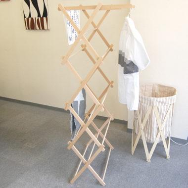 おしゃれな折り畳み式の木製室内物干し台1