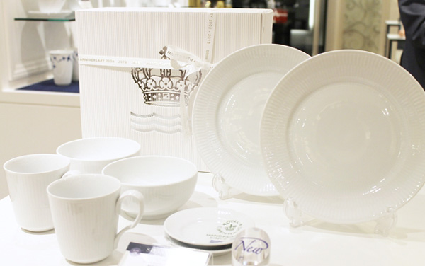 白い食器テーブルコーディネート