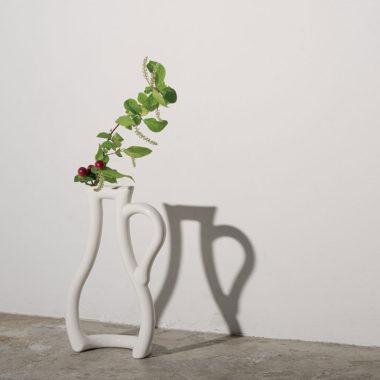 おしゃれな白基調の陶器製一輪差し花瓶2