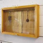 アクセサリーケース 壁掛け 木製 ひのき 透明ガラス扉 ディスプレイケース 55×6×35cm 横…